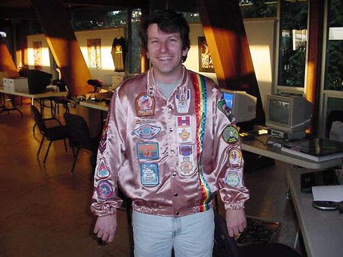 """Rick Weis vestindo um jaqueta em """"certo tom de vermelho"""""""