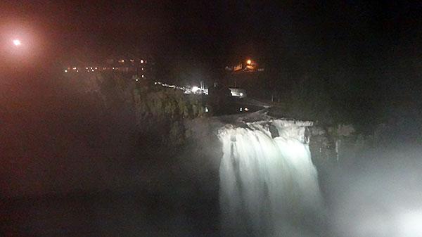 Snoqualmie Falls à noite - uma vista e tanto!