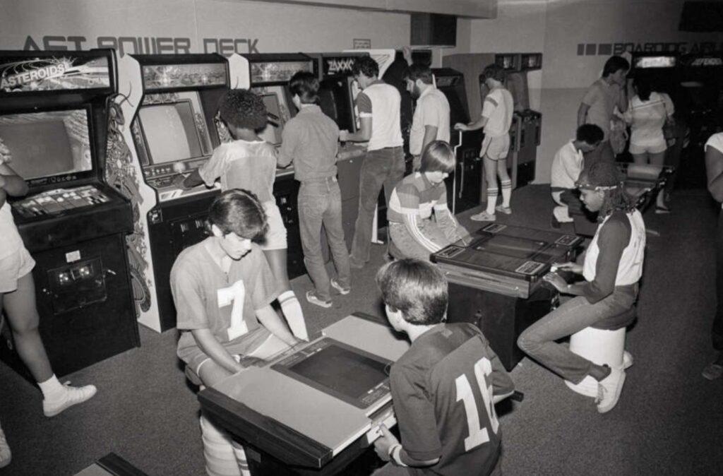 Um típico arcade da década de 80, com gabinetes dos tipos cocktail e upright