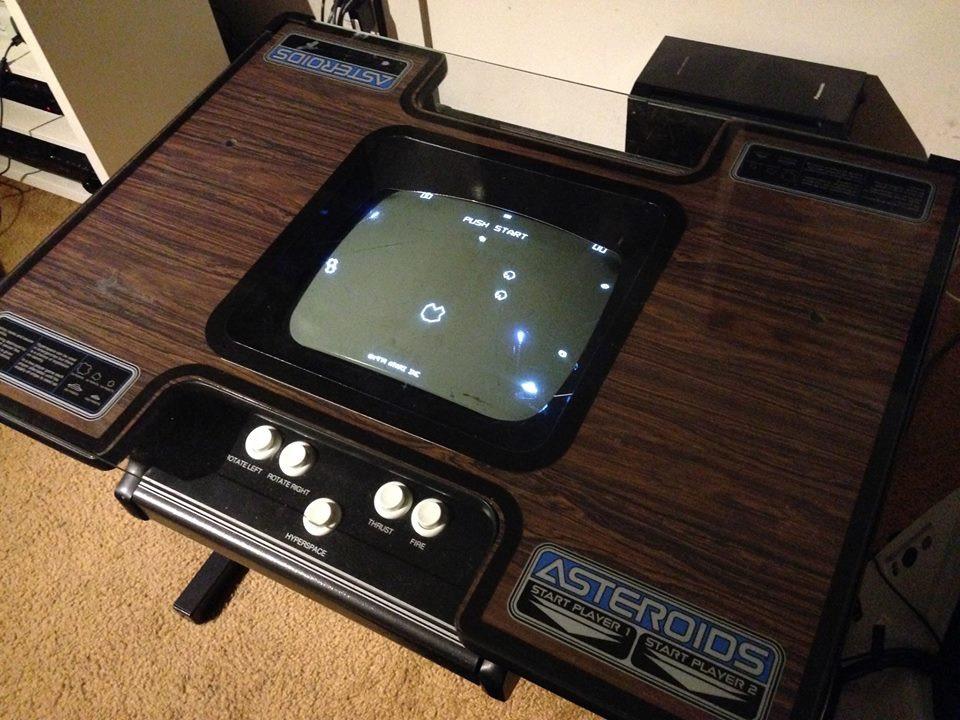 Gabinete do arcade Asteroids em versão Cocktail