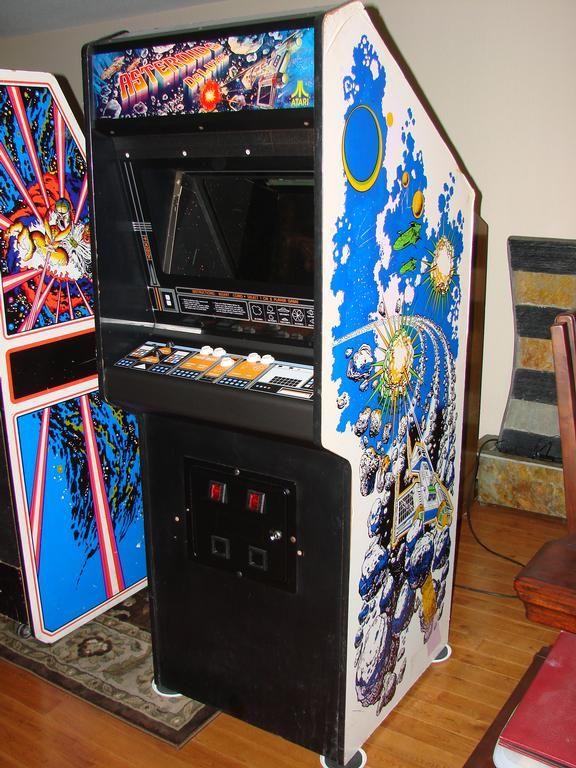 Gabinete do arcade Asteroids Deluxe em versão upright