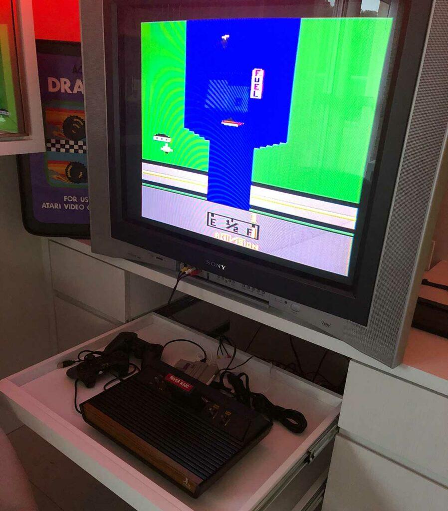 Atari - um videogame clássico, com River Raid na tela