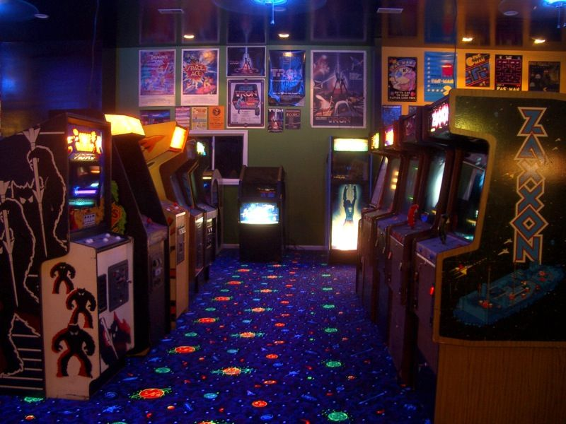 Man Cave - Nome como é chamado o game room moderno, com presença obrigatória de luz negra e tapetes fluorescentes